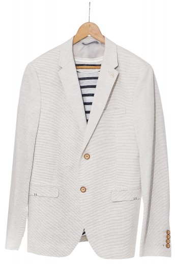 These men's cream blazer is a fantastic classic option for any formal occasion. It is tailor made in a fine wool and tweed and cut to a slim fit, featuring single breasted button closure and notch lapels.